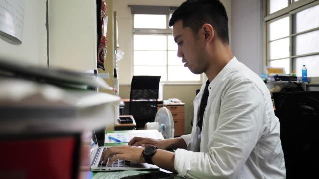 coworking im neuen büroraum - insel taiwan stock-videos und b-roll-filmmaterial