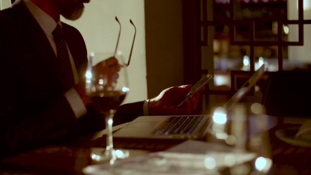 vídeos de stock, filmes e b-roll de co trabalho espaço em restaurantes high-end - copo