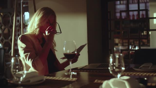 stockvideo's en b-roll-footage met co werkruimte in high-end restaurants - procureur generaal