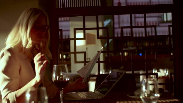 vídeos de stock, filmes e b-roll de co trabalho espaço em restaurantes high-end - cabelo louro