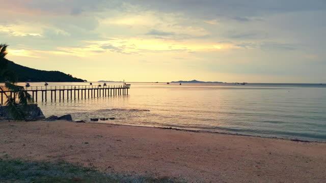 居心地の良いビーチと夕日で金色の空と砂 - パタヤ点の映像素材/bロール