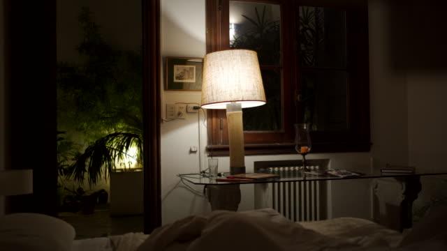 vídeos de stock e filmes b-roll de cozy modern bedroom - electric lamp