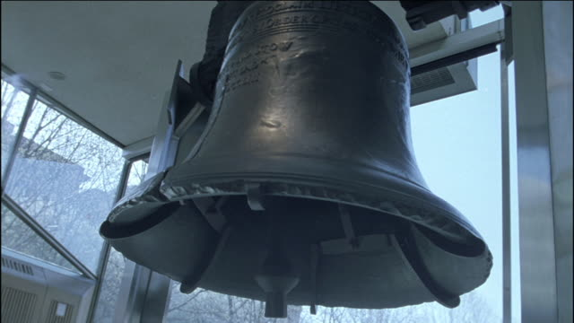a crack runs down the liberty bell. - liberty bell stock videos & royalty-free footage