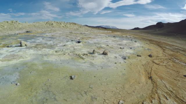 Gebarsten grond. Vulkanische landschap