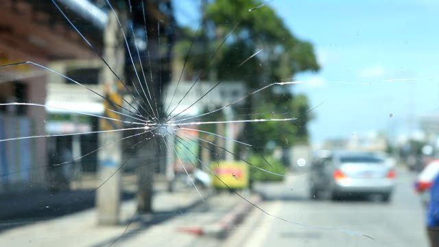 stockvideo's en b-roll-footage met cracked windshield. - voorruit