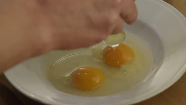 vídeos y material grabado en eventos de stock de la obra un huevo en un tazón cámara lenta - yema de huevo