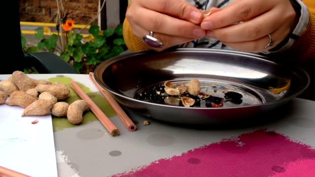 Sprickbildning och äta jordnötter
