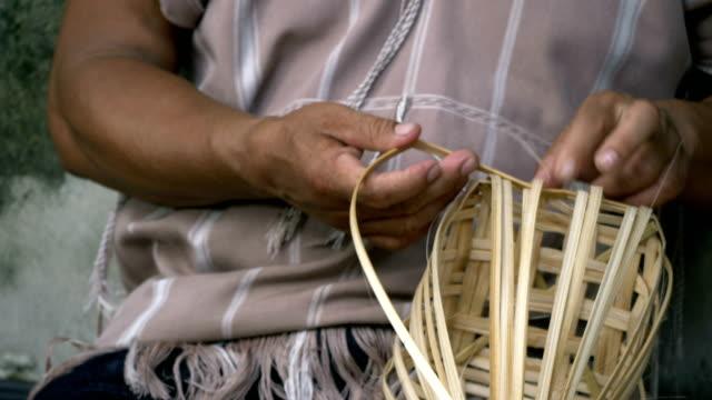 vídeos de stock e filmes b-roll de craft activity : weaving bamboo basket - rebento de bambu