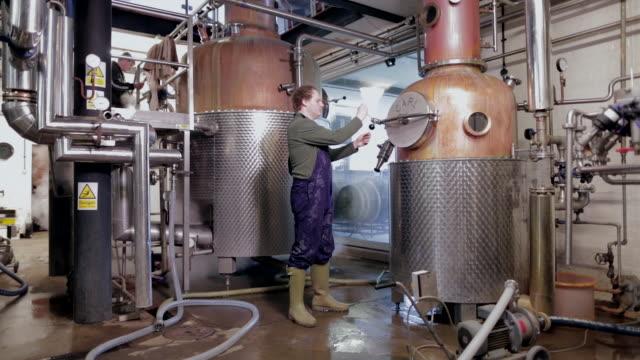 vidéos et rushes de craft distillery - artisanat