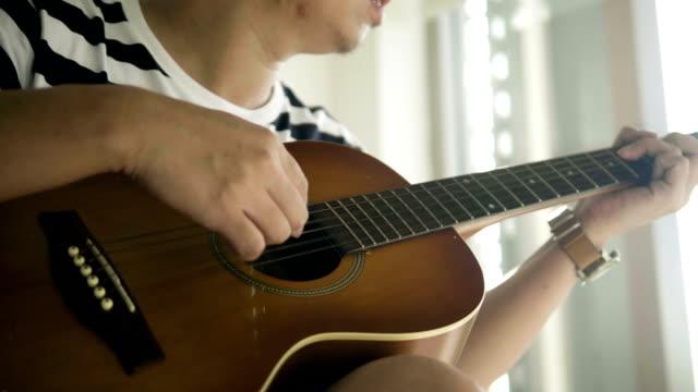 vídeos de stock, filmes e b-roll de músico de ofício - violão acústico