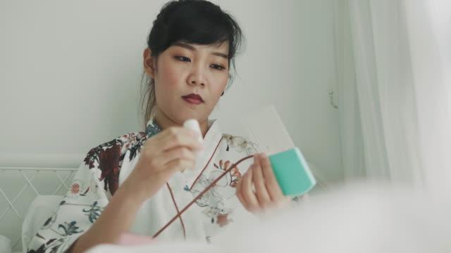 vídeos y material grabado en eventos de stock de persona de arte trabajando con productos artesanales de papel - espacio de trabajo virtual compartido