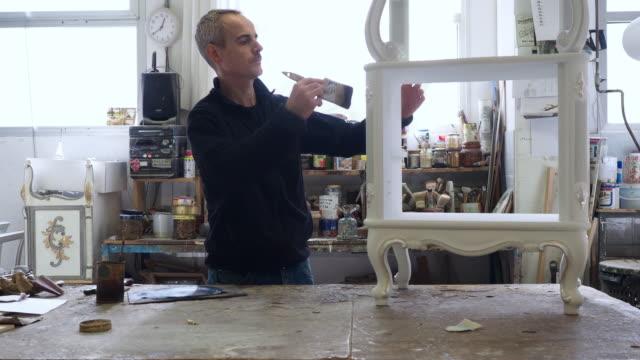 vídeos y material grabado en eventos de stock de carpintero artesano trabajando en su laboratorio - pincel
