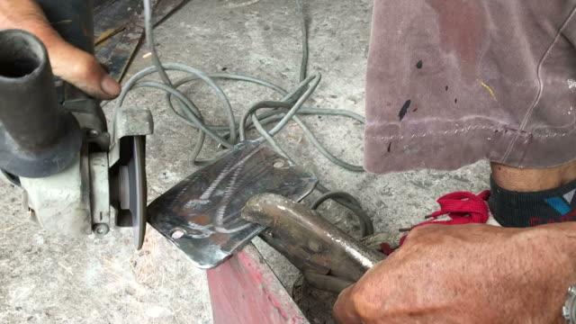 hantverkaren sågar metall med diskslip i verkstad av inte säkerhet - diskbänk bildbanksvideor och videomaterial från bakom kulisserna