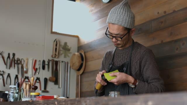 vídeos y material grabado en eventos de stock de artesano con una amoladora de mano - delantal