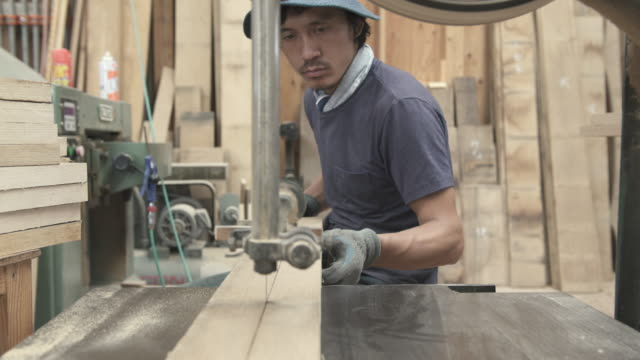 craftsmen are cutting wood for making furniture - 労働者点の映像素材/bロール