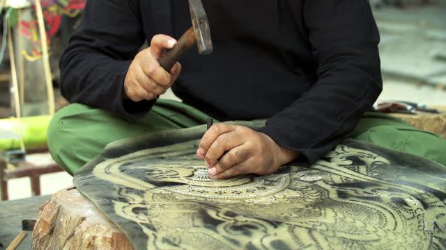 vídeos de stock, filmes e b-roll de artesão processamento thai famoso fantoche de sombra do buffalo couro, arte de artesanato na região sul da tailândia (foco seletivo) - arte, cultura e espetáculo