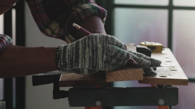 vídeos de stock e filmes b-roll de craftsperson working - camisa com botões