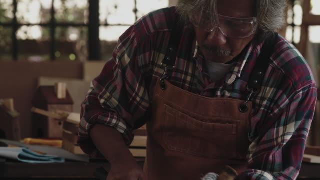 vídeos y material grabado en eventos de stock de artesano que trabaja - camisa