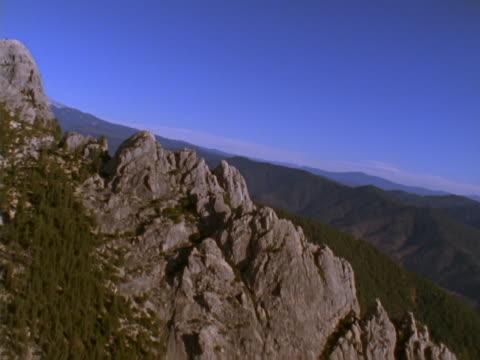 vídeos de stock e filmes b-roll de craggy mountain ridge - peitoril de janela