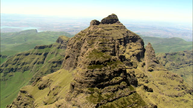 vídeos de stock e filmes b-roll de crags around cathedral peak  - aerial view - kwazulu-natal,  uthukela district municipality,  okhahlamba,  south africa - cathedral