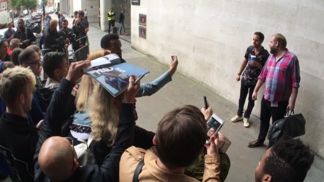 vídeos y material grabado en eventos de stock de craig david arriving at bbc radio at celebrity sightings in london on september 9, 2016 in london, england. - bbc radio
