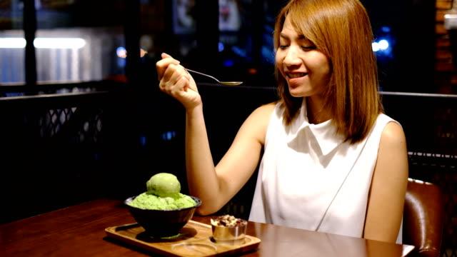 4 k クレーン 2 ショット: 女性は bingsu 女性の好きなデザートのようなものを食べてお楽しみください。 - デザート点の映像素材/bロール