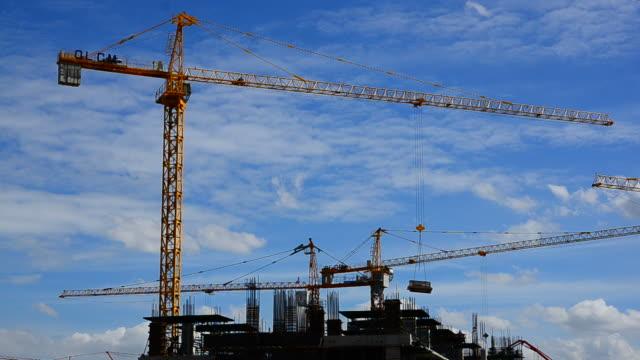Kran und Bau eines multistory apartment-Gebäude