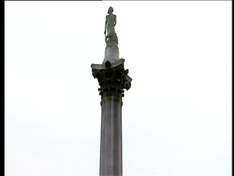 crane down nelson's column to crowd gathered in trafalgar square for england rugby union world cup victory parade 08 dec 03 - nelson's column stock videos & royalty-free footage