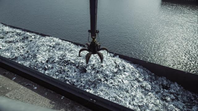 vídeos de stock, filmes e b-roll de crane escolher de metal e dumping, na pilha - aço
