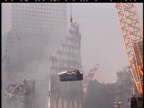 vidéos et rushes de crane hoists a dumpster filled with debris in front the of the still-smoking skeleton of the world trade center after the terrorist attack of... - style des années 2000