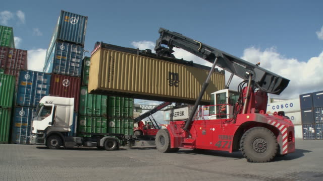 vidéos et rushes de ws crane loading container onto truck at rrt rhein-ruhr-container terminal / duisburg, north rhine westfalia, germany - transport