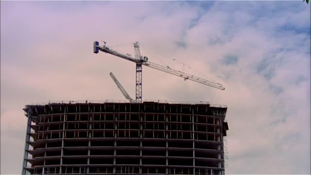 la, ms, crane moving over building in construction  - mindre än 10 sekunder bildbanksvideor och videomaterial från bakom kulisserna