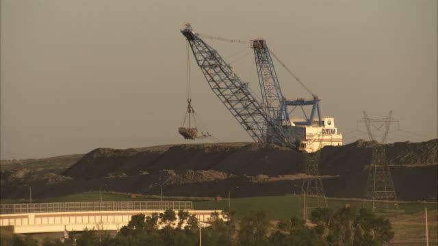 vidéos et rushes de a crane pivots above a coal mine near the great plains synfuels plant in beulah, north dakota. available in hd - dakota du nord