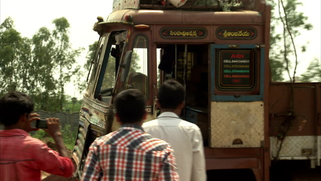 stockvideo's en b-roll-footage met a crane pulls a truck out of a ditch in chennai, india. available in hd - bouwmachines