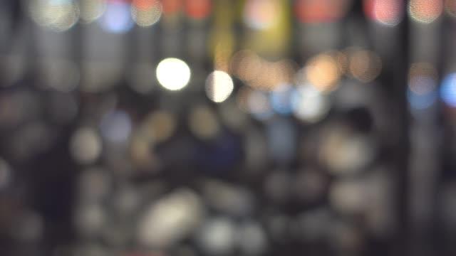 kran-schuss: abstract unscharf hintergrund des einkaufszentrums fußgänger - schrägansicht stock-videos und b-roll-filmmaterial