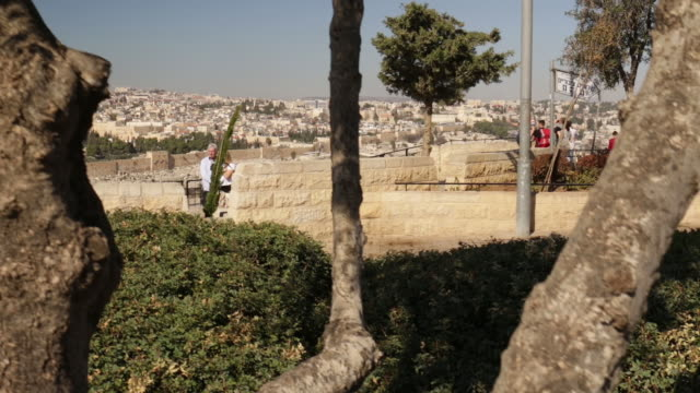 crane shot from the mount of olives overlooking the old town of jerusalem with the dome of the rock in the center perfect introductional shot for any... - kraneinstellung stock-videos und b-roll-filmmaterial