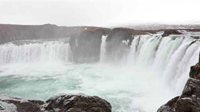 Kraan schot: Godafosss waterval van IJsland in de winter met sneeuw