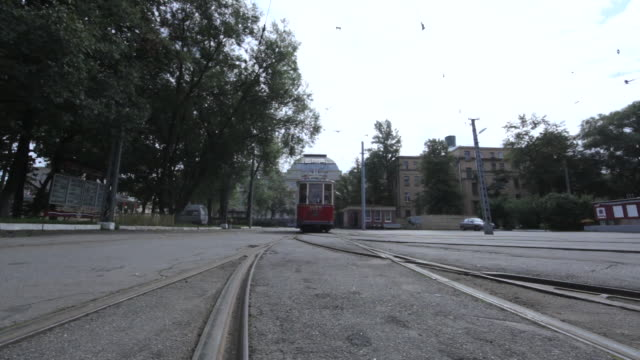 crane shot of a tram coming to a stop on a road in st petersburg. - 路面軌道点の映像素材/bロール