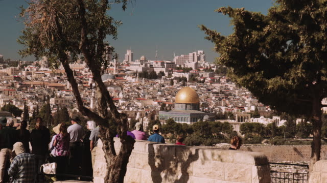 crane shot of people looking at the old town of jerusalem from the mount of olives - kraneinstellung stock-videos und b-roll-filmmaterial