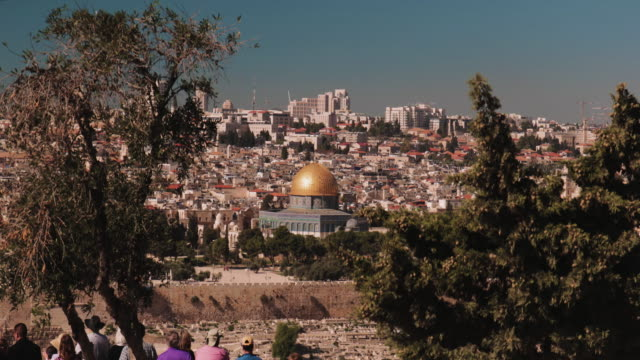 crane shot of people looking at the old town of jerusalem from the mount of olives - gerusalemme est video stock e b–roll