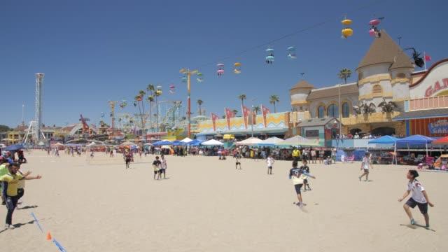 crane shot of santa cruz broadwalk fun fair and beach, santa cruz, california, united states of america, north america - カリフォルニア州サンタクルーズ点の映像素材/bロール