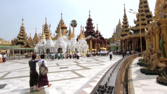 vídeos y material grabado en eventos de stock de crane shot of the beautiful shwedagon pagoda in yagon. - myanmar