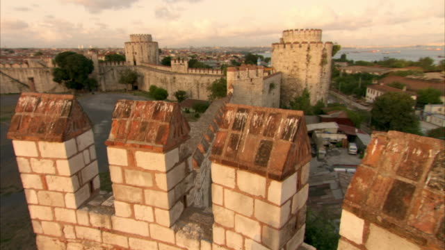 vidéos et rushes de crane shot over a section of the walls of constantinople in istanbul. - istanbul