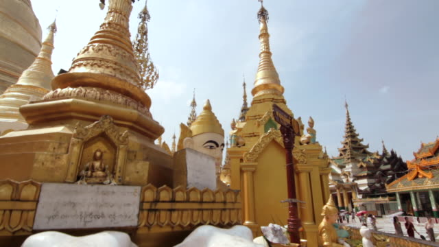 crane shot over the beautiful shwedagon pagoda in yangon. - pagoda点の映像素材/bロール