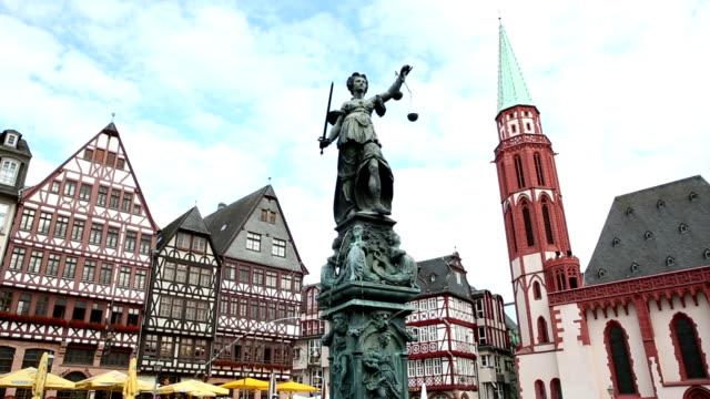 vídeos de stock e filmes b-roll de crane shot: pedestrian crowded at romerberg town square frankfurt germany - rathaus