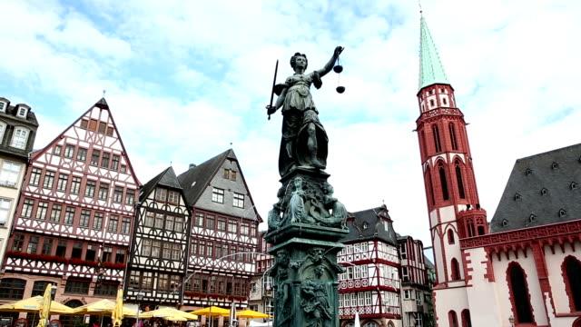 kran skott: fotgängare trångt på römerberg town square frankfurt tyskland - rathaus bildbanksvideor och videomaterial från bakom kulisserna