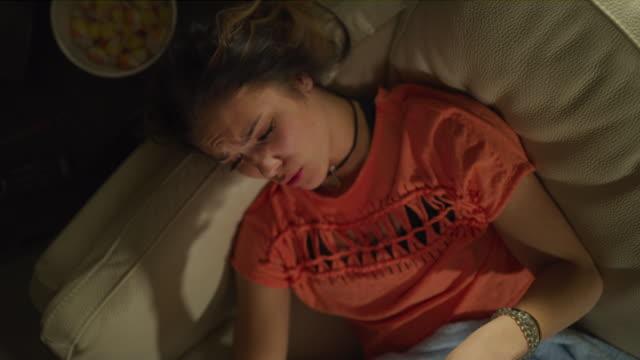 vídeos y material grabado en eventos de stock de crane shot zoom out of teenage girl video chatting on cell phone / cedar hills, utah, united states - sólo una adolescente