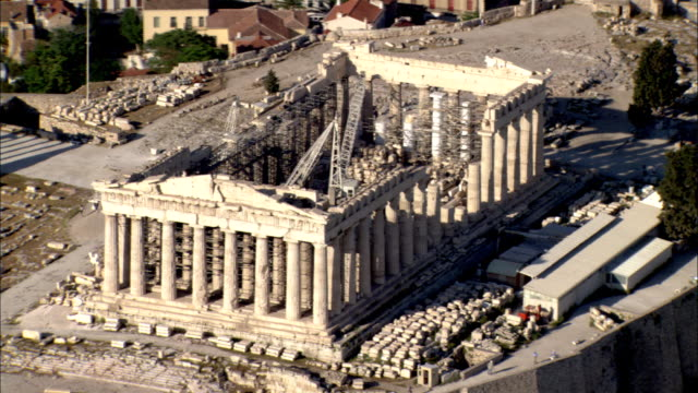 a crane sits inside the ruins of the parthenon on the acropolis in athens, greece. - antico condizione video stock e b–roll
