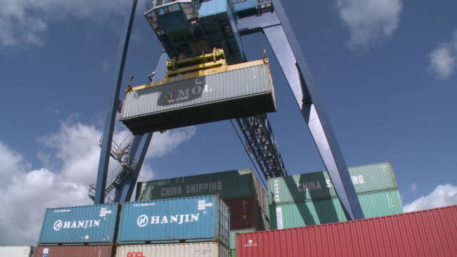 ws la pan crane stacking containers at rrt rhein-ruhr-container terminal / duisburg, north rhine westfalia, germany - aufnahme von unten stock-videos und b-roll-filmmaterial