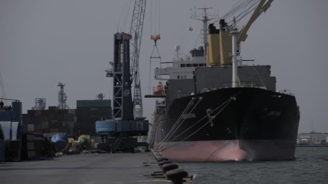 vídeos de stock, filmes e b-roll de ms crane unloading freighter / antwerp, belgium - porto comercial